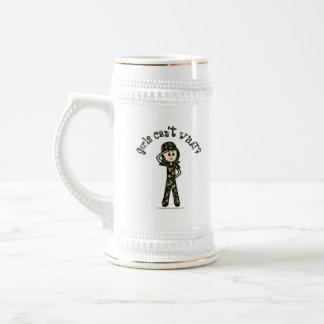 Mujer ligera del ejército jarra de cerveza