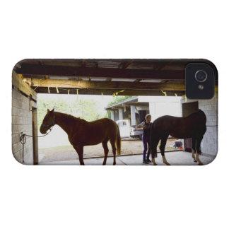 Mujer madura que se ocupa el caballo funda para iPhone 4
