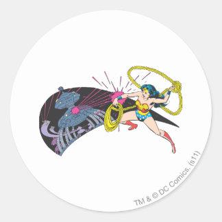 Mujer Maravilla contra el robot Pegatina Redonda