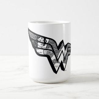 Mujer Maravilla que se sienta en logotipo anguloso Taza De Café
