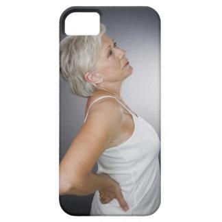 Mujer mayor con dolor de espalda iPhone 5 carcasas