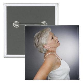 Mujer mayor con dolor de espalda pin cuadrado