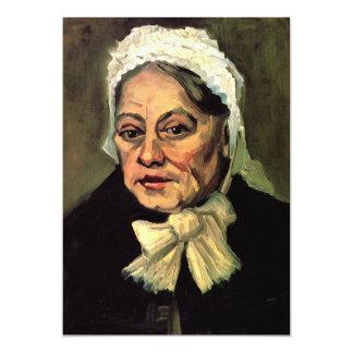 Mujer mayor con el casquillo blanco la partera de