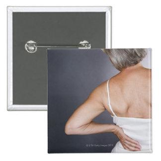 Mujer mayor con el dolor de espalda 2 pin cuadrado