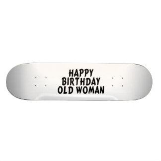 Mujer mayor del feliz cumpleaños monopatín