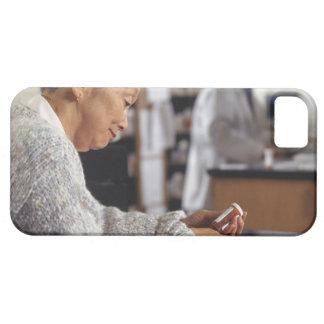 Mujer mayor en botella de la medicina de la iPhone 5 fundas