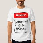 Mujer mayor gruñona playera