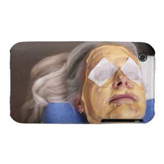 Mujer mayor que tiene treament del balneario Case-Mate iPhone 3 protector