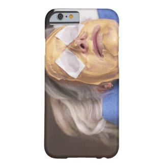 Mujer mayor que tiene treament del balneario funda para iPhone 6 barely there