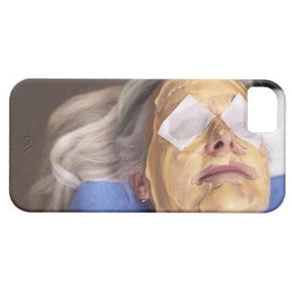 Mujer mayor que tiene treament del balneario iPhone 5 fundas