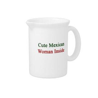 Mujer mexicana linda dentro jarras para bebida