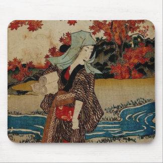 Mujer múltiple de los productos bajo las hojas de  alfombrilla de raton