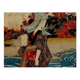 Mujer múltiple de los productos bajo las hojas de  postales