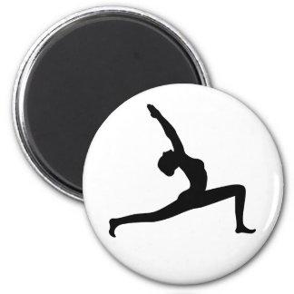 Mujer negra de la silueta de la yoga que presenta imán redondo 5 cm