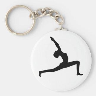 Mujer negra de la silueta de la yoga que presenta llavero redondo tipo pin