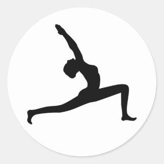 Mujer negra de la silueta de la yoga que presenta pegatina redonda