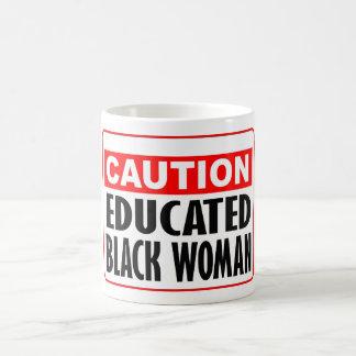 Mujer negra educada de la precaución tazas de café