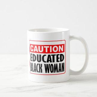 Mujer negra educada de la precaución tazas