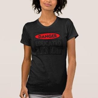 Mujer negra educada del peligro -- Camiseta