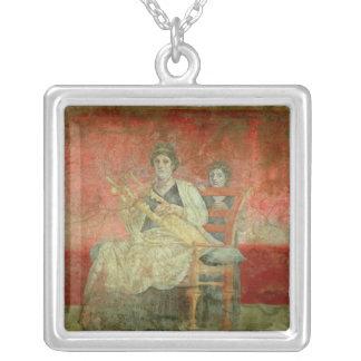 Mujer noble que juega un Cithera Collar Plateado