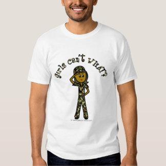 Mujer oscura del ejército camisas