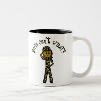 Mujer oscura del ejército taza de dos tonos