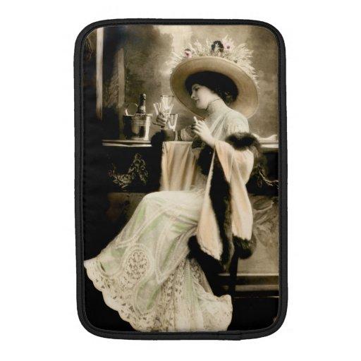Mujer parisiense 1900 que bebe Champán Funda Macbook Air