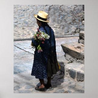 Mujer peruana que sostiene las flores posters