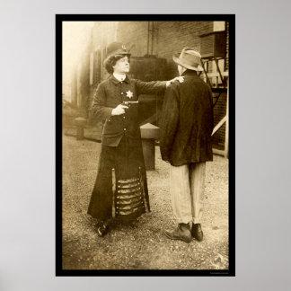Mujer policía que hace una detención 1909 póster