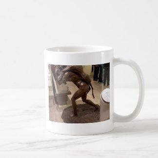 Mujer prehistórica que lleva un antílope taza de café
