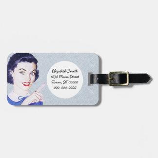 Mujer punteaguda de los años 50 retros etiqueta de equipaje