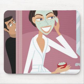 Mujer que aplica la máscara facial alfombrillas de ratones