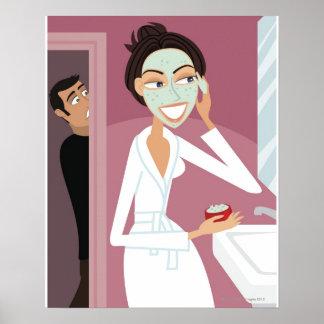Mujer que aplica la máscara facial poster
