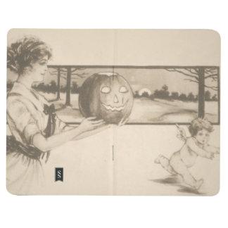 Mujer que asusta la calabaza de la linterna de cuaderno grapado