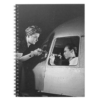 Mujer que clava en los aviones cuadernos