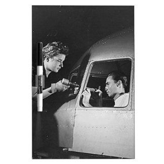Mujer que clava en los aviones tableros blancos