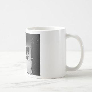 Mujer que clava en los aviones tazas de café