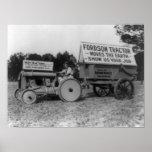 Mujer que conduce la fotografía del tractor de For Poster