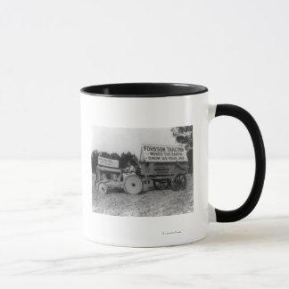 Mujer que conduce la fotografía del tractor de taza