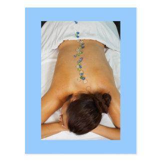 Mujer que consigue el masaje de piedra tarjetas postales