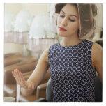 Mujer que consigue la manicura tejas  cerámicas