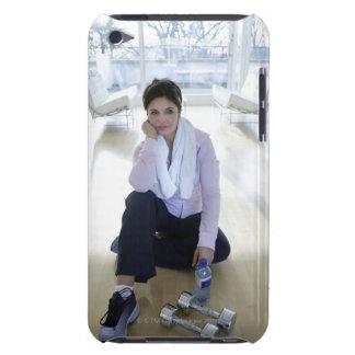 Mujer que descansa sobre el piso después de ejerci iPod Case-Mate fundas