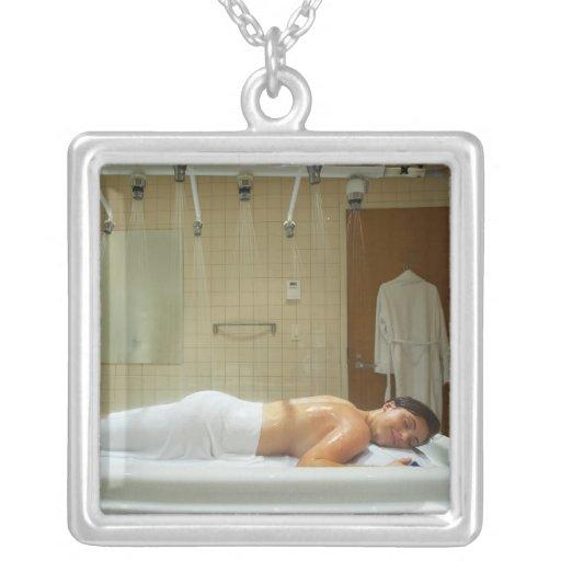 Mujer que disfruta de hidroterapia en ducha vichy colgante cuadrado