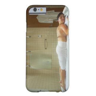 Mujer que disfruta de hidroterapia en ducha vichy funda para iPhone 6 barely there