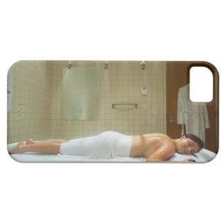 Mujer que disfruta de hidroterapia en ducha vichy iPhone 5 fundas