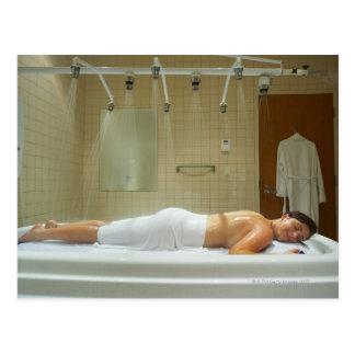 Mujer que disfruta de hidroterapia en ducha vichy postales
