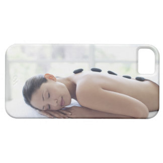 Mujer que disfruta de terapia del lastone iPhone 5 funda