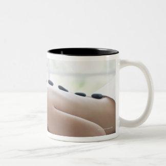 Mujer que disfruta de terapia del lastone taza