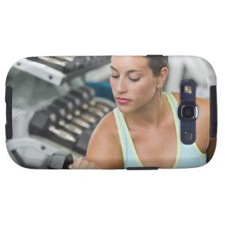 Mujer que ejercita con pesas de gimnasia galaxy s3 cobertura