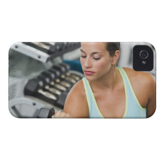 Mujer que ejercita con pesas de gimnasia iPhone 4 cárcasa